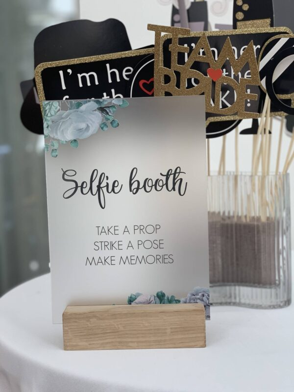 selfie booth skilt