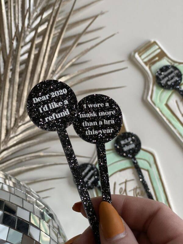 nytårs drinkspinde corona tekst sort glimmer