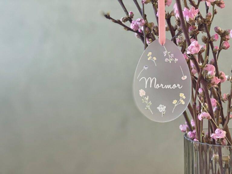Påskeæg bordkort til påske frosted akryl med forårsblomster